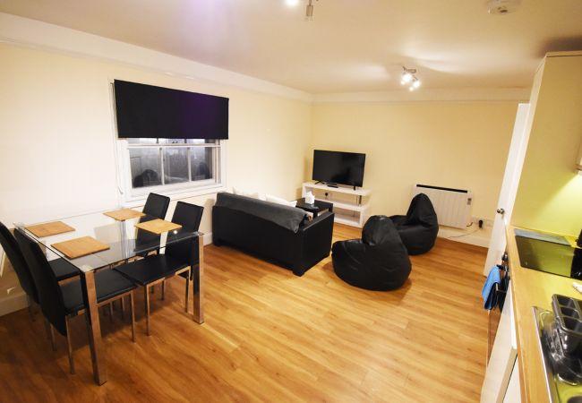 Apartment in Ipswich - 2 Bed/2 Bath Duplex, Central, (2nd Flr) 6